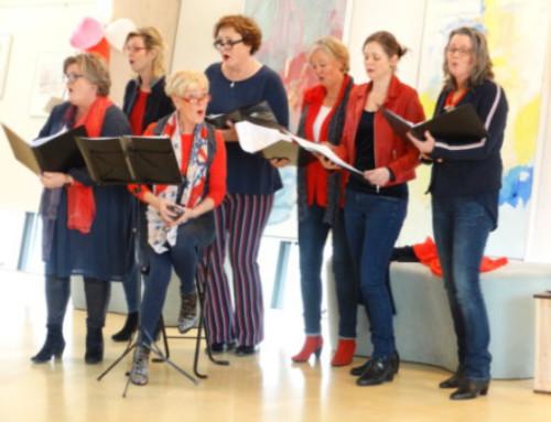 Een staande ovatie voor De Zingende Dames bij Grenzeloos Ontmoeten